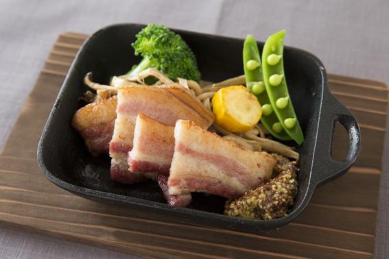 白金豚の厚切りベーコンと無農薬野菜のグリル