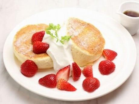 たっぷりいちごのスフレパンケーキ