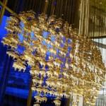 ブルックス ブラザーズがゴールデン フリース(金羊毛)のシャンデリアを大阪で特別展示